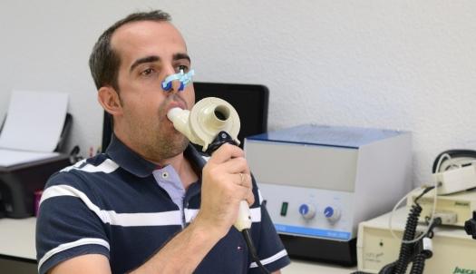 Resultado de imagen para como ayudar a una persona adulta en casos de asma